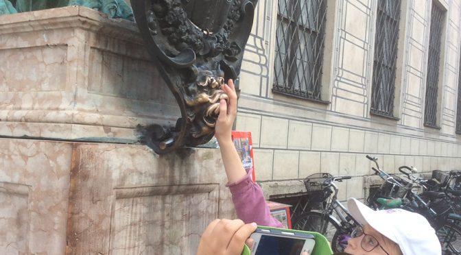 Streicheleinheiten der Kinder für München